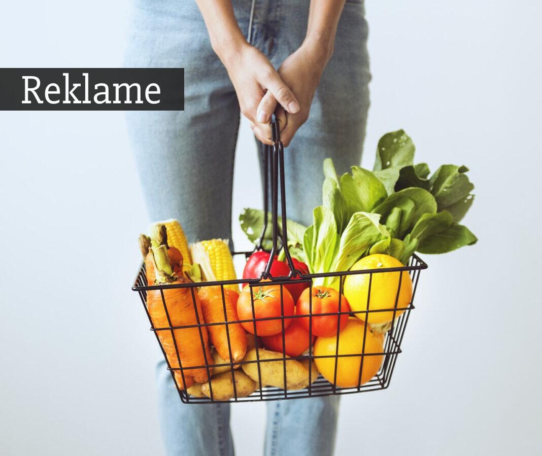 Friske grøntsager i kurv
