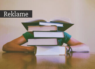 Træt studerende bag bogstak